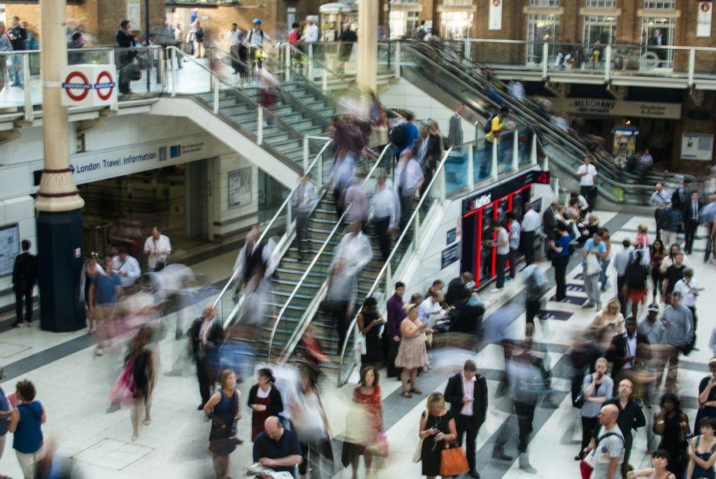 Изображение - Иммиграция в европу london_underground_train_station_people_traffic_busy_crowded_stairs-892254-1024x685