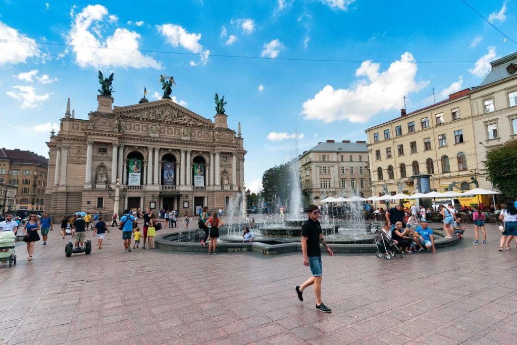 Изображение - Вид на жительство в украине theater-2461648_1920-1024x683